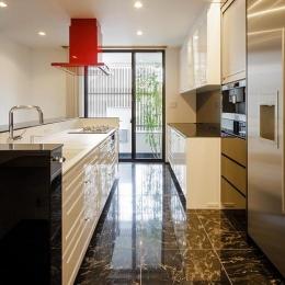 天然石の床を使用した高級感のあるキッチン (CAT HOUSE (猫と暮らす家))