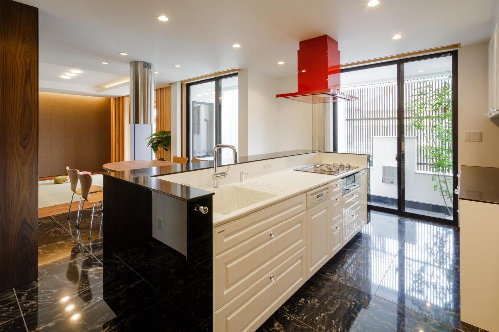 CAT HOUSE (猫と暮らす家)の部屋 天然石の床を使用した高級感のあるキッチン