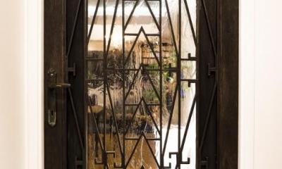 ヨーロピアンとオリエンタル、モダンが融合した、高級感あるラウンジのような空間 (リビングダイニング)