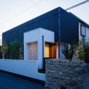 CAT HOUSE (猫と暮らす家)の写真 黒い格子を使用した和モダン住宅(夕景)