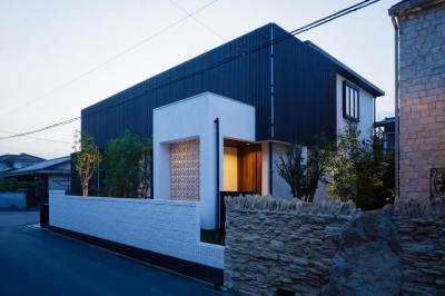 黒い格子を使用した和モダン住宅(夕景) (CAT HOUSE (猫と暮らす家))