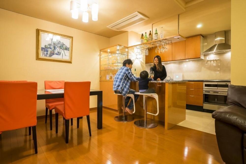 家族の絆が深まるバーカウンターを備えた都心のタワーマンション (リビングダイニングキッチン)