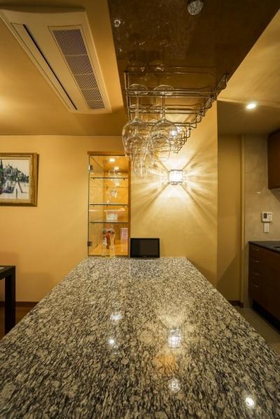 家族の絆が深まるバーカウンターを備えた都心のタワーマンション (キッチン)