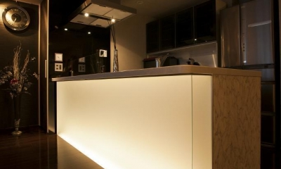 光の演出が冴える非日常空間でタワーライフを楽しむ (キッチン)
