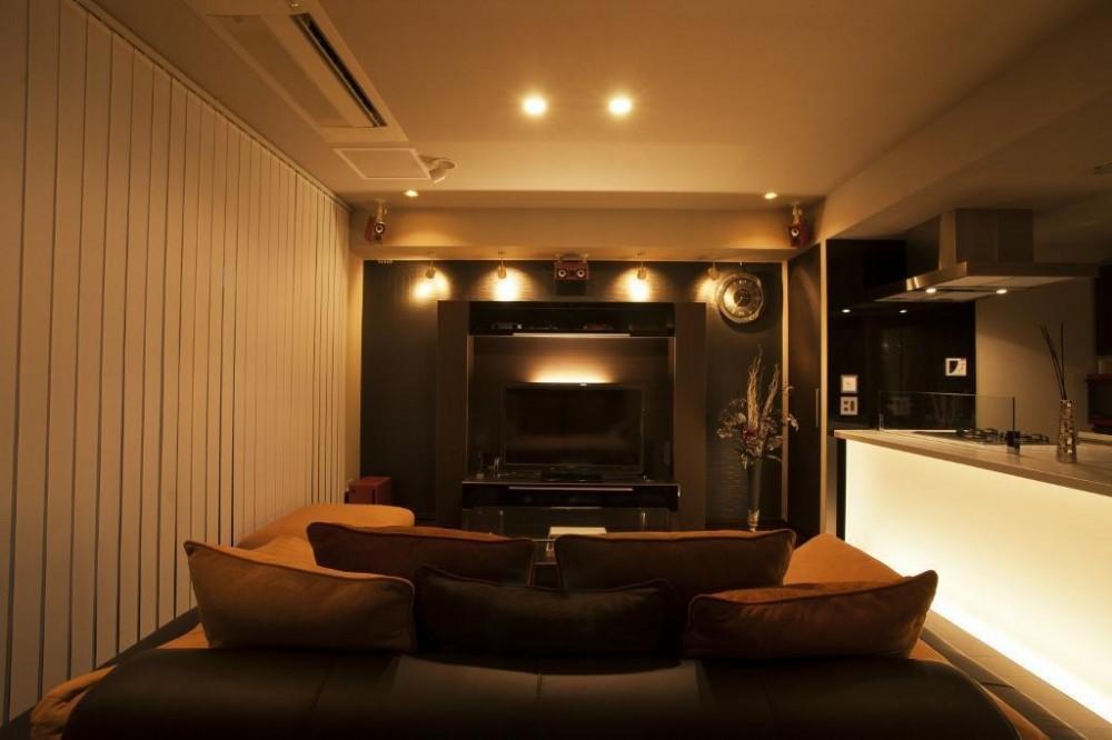 光の演出が冴える非日常空間でタワーライフを楽しむ (リビングダイニングキッチン)
