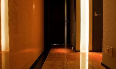 光の演出が冴える非日常空間でタワーライフを楽しむ (ホール)