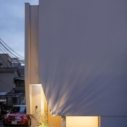 ONE  BOX (浮遊感あるライトグレーの住宅)