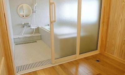 邑久町の家 (バリアフリーで清潔感あるバスルーム)