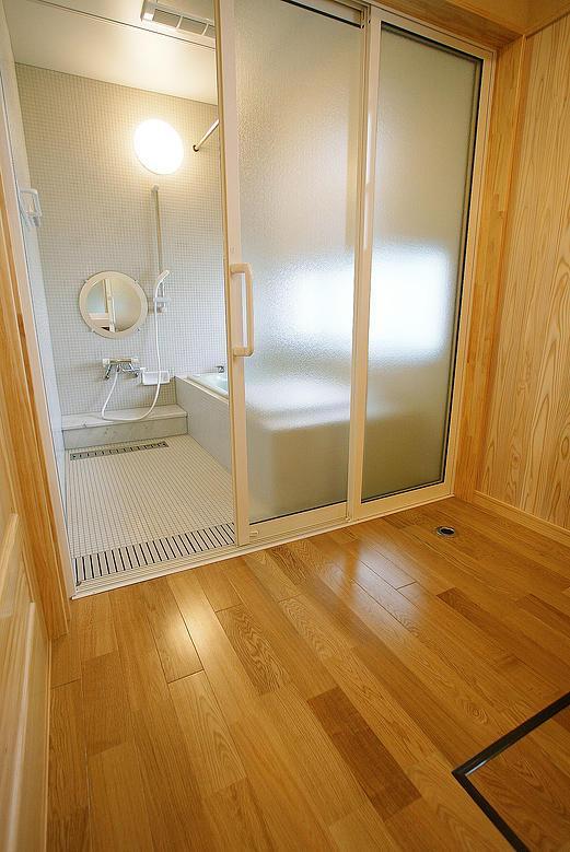 邑久町の家の部屋 バリアフリーで清潔感あるバスルーム