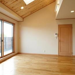 邑久町の家 (大きな窓と天窓からの採光溢れる部屋)