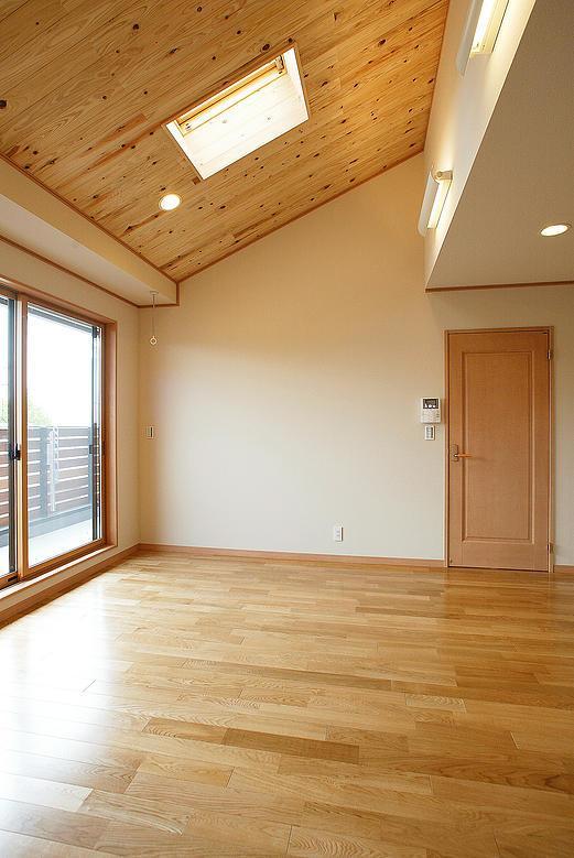 邑久町の家の部屋 大きな窓と天窓からの採光溢れる部屋