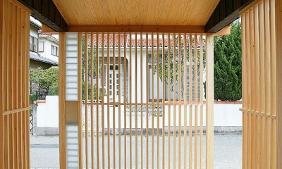 邑久町の家 (自然素材の格子のある玄関ポーチ)