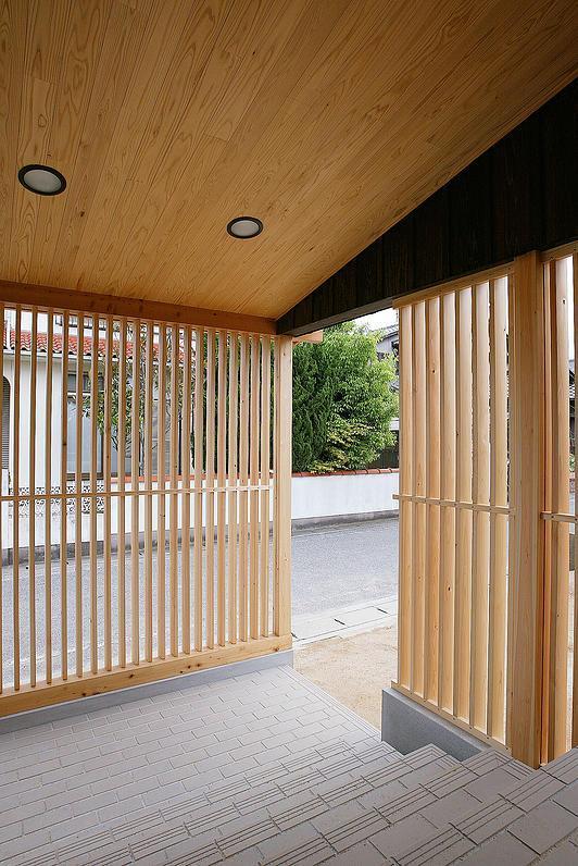 邑久町の家の部屋 自然素材の格子のある玄関ポーチ