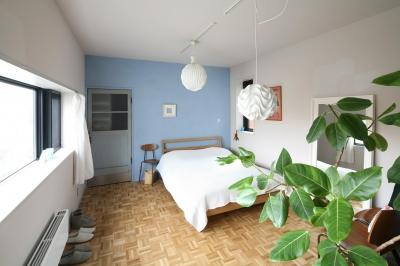 ブルーの壁が爽やかなベッドルーム (K邸)