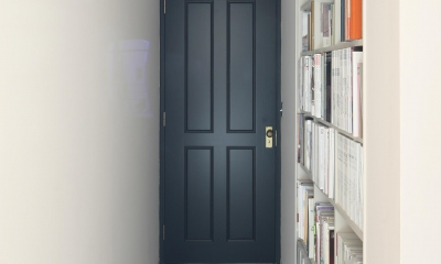 K邸 (廊下壁付け本棚)