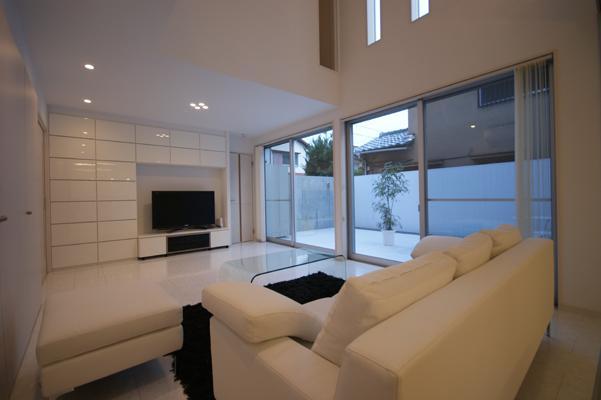 N-HOUSE (開放的な白いリビング)