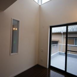 N-HOUSE (バルコニーと繋がる明るい寝室)
