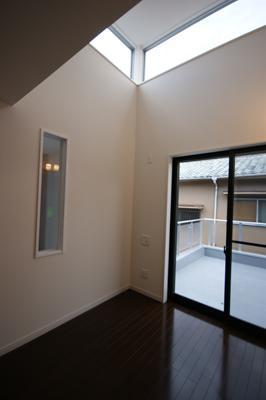 N-HOUSEの写真 バルコニーと繋がる明るい寝室