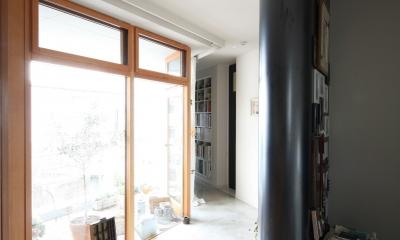 K邸 (一面ガラスの明るい廊下)