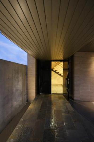 両開きドアの玄関 (F-HOUSE)