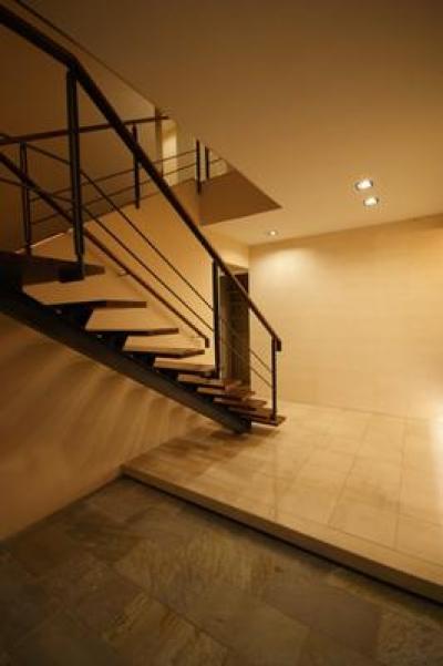 大きな階段のあるエントランス (F-HOUSE)