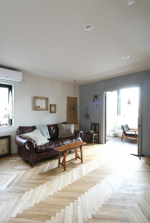 K邸 (陽射しがヘリンボーンの床を照らすリビング)