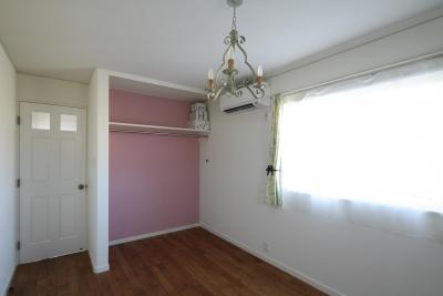 ラズベリーピンク色のアクセント壁 (M邸)