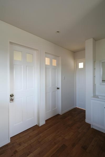 ドアも白色塗装で統一感 (M邸)