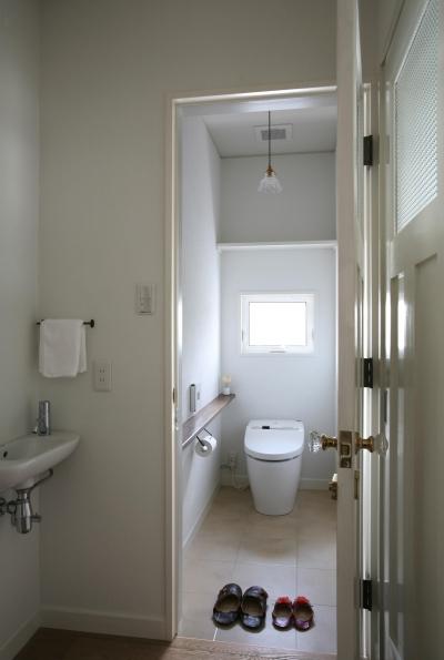 明るくて清潔感のあるトイレ (M邸)