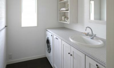 グレーのタイルとホワイトが美しい洗面&ランドリールーム|M邸
