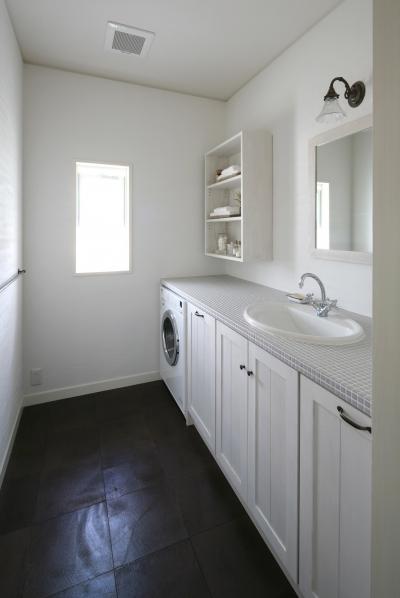 グレーのタイルとホワイトが美しい洗面&ランドリールーム (M邸)