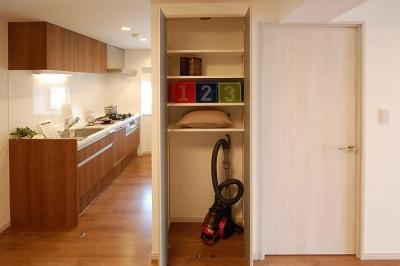 キッチン (デザイン棚が魅力的なお部屋)