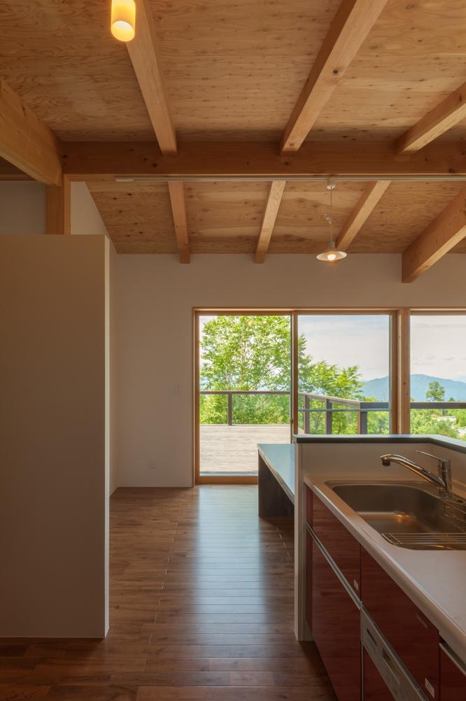 霧ヶ峰の家の写真 テラスと繋がるキッチン