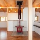 リビングにある赤い暖炉