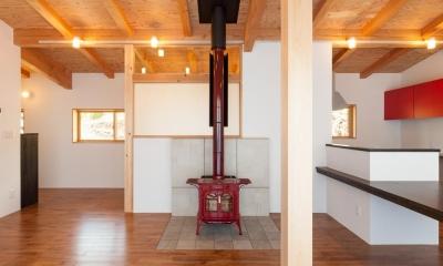 霧ヶ峰の家 (リビングにある赤い暖炉)