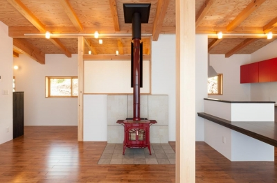 リビングにある赤い暖炉 (霧ヶ峰の家)